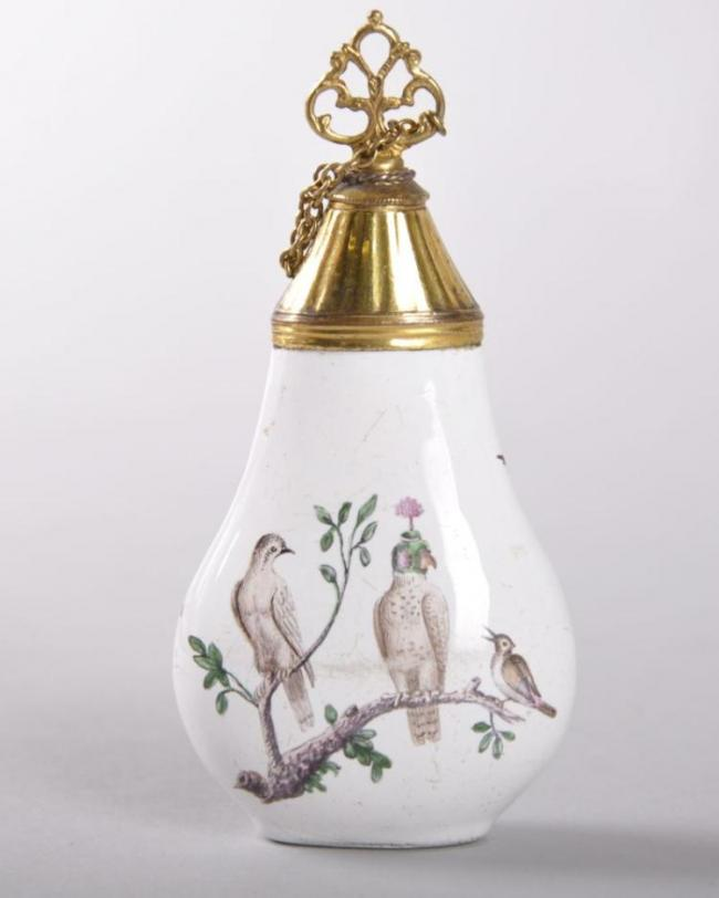 Lot 1675: A VERY GOOD 18TH CENTURY GERMAN ENAMEL PERFUME BOTTLE, with gilt metal stopper and chain